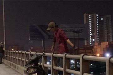 """Người đàn ông """"lơ lửng"""" ở lan can cầu Đồng Nai lúc nửa đêm"""