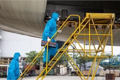 Công việc đặc biệt của 'thợ lau điều hòa' máy bay