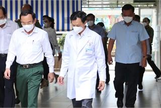 Bí thư Thành ủy TP HCM Nguyễn Văn Nên thăm chiến sĩ công an mắc Covid-19 nặng