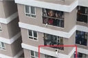 Hà Nội: Bé gái 2 tuổi rơi từ tầng 12A xuống được nam 'shipper' cứu thoát
