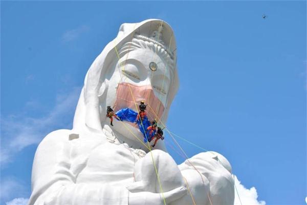 Đeo khẩu trang cho tượng Bồ-tát: Đừng đánh mất sự trang nghiêm của tôn giáo