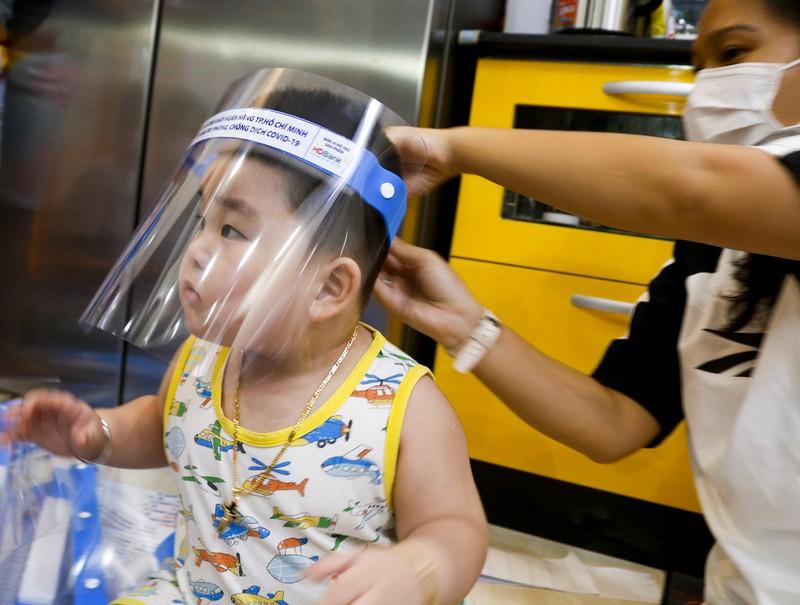 Gia đình 3 thế hệ làm hàng ngàn tấm chắn giọt bắn gửi tuyến đầu chống dịch - ảnh 10