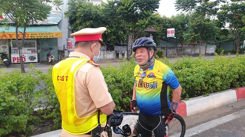 Vác xe đạp bỏ đi khi thấy CSGT xử phạt lỗi chạy sai làn - ảnh 4