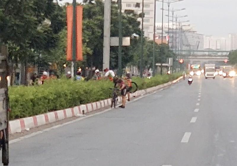 Vác xe đạp bỏ đi khi thấy CSGT xử phạt lỗi chạy sai làn - ảnh 3
