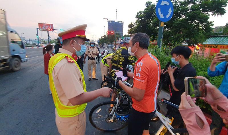 Vác xe đạp bỏ đi khi thấy CSGT xử phạt lỗi chạy sai làn - ảnh 2