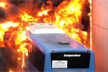 Xe buýt bốc cháy dữ dội trong hầm chui ngã tư An Sương