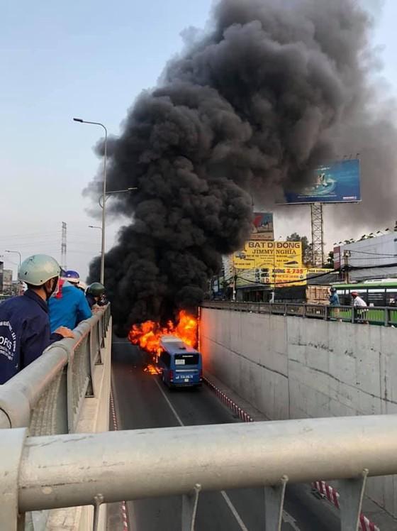 Xe buýt bốc cháy dữ dội trong hầm chui ngã tư An Sương ảnh 2
