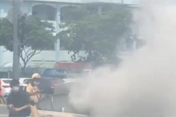 Xe BMW bốc khói nghi ngút trên phố