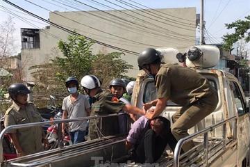 Thanh niên ôm bình gas đòi 'tự sát' trong xóm trọ vì mẹ không cho tiền