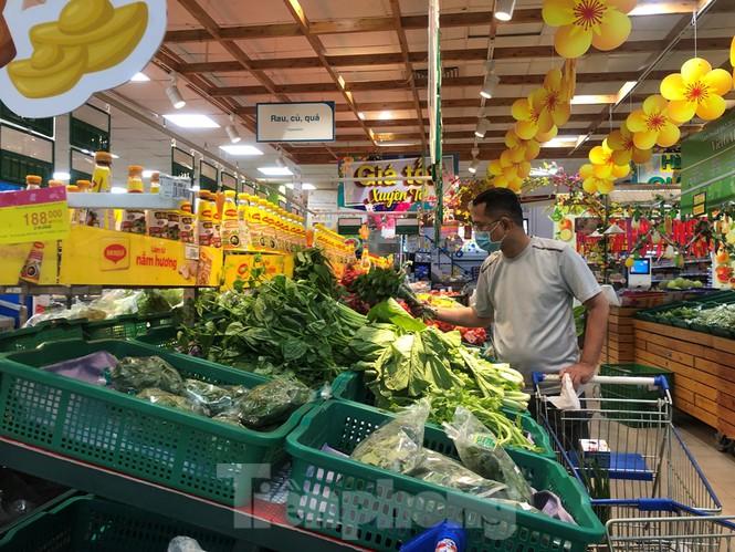 Sáng mùng 3 Tết, dân Sài Gòn xếp hàng vào siêu thị mua gà cúng - ảnh 8
