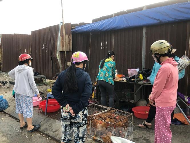 Sáng mùng 3 Tết, dân Sài Gòn xếp hàng vào siêu thị mua gà cúng - ảnh 4