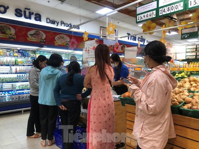 Sáng mùng 3 Tết, dân Sài Gòn xếp hàng vào siêu thị mua gà cúng - ảnh 3