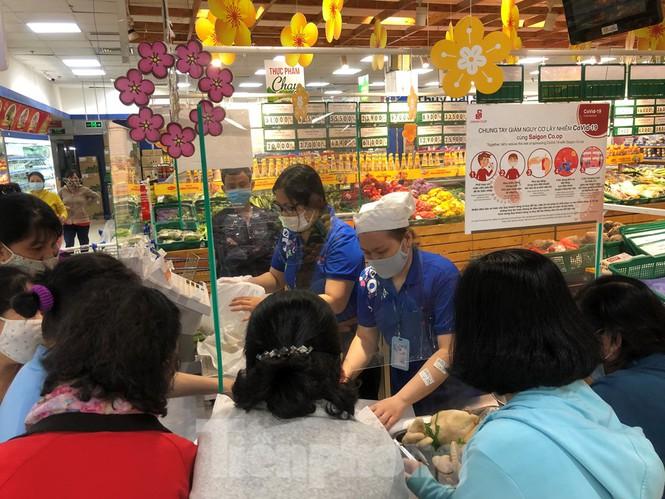 Sáng mùng 3 Tết, dân Sài Gòn xếp hàng vào siêu thị mua gà cúng - ảnh 1