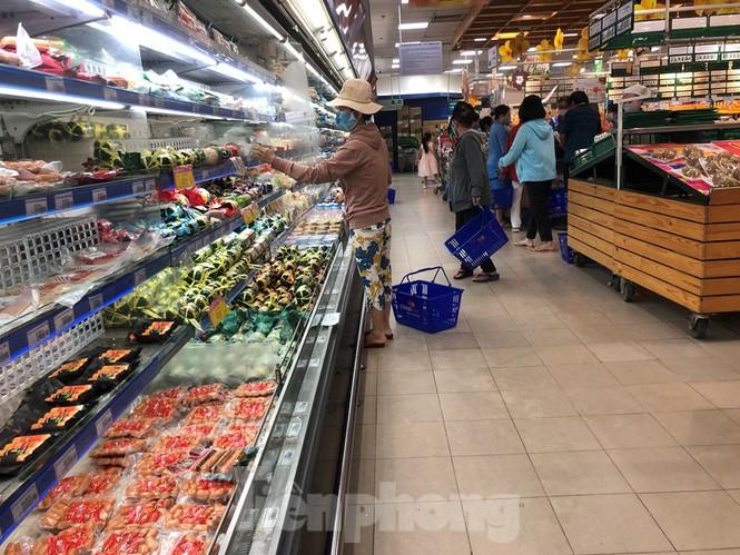 Sáng mùng 3 Tết, dân Sài Gòn xếp hàng vào siêu thị mua gà cúng - ảnh 10