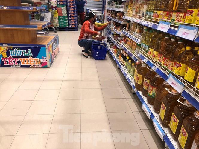 Sáng mùng 3 Tết, dân Sài Gòn xếp hàng vào siêu thị mua gà cúng - ảnh 11