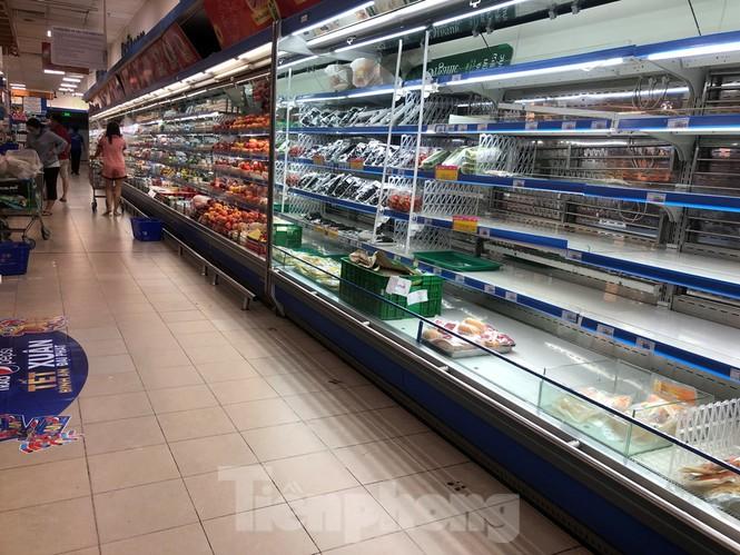 Sáng mùng 3 Tết, dân Sài Gòn xếp hàng vào siêu thị mua gà cúng - ảnh 12