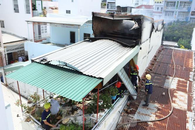 Cháy nghi ngút cạnh chợ Xóm Mới Nha Trang, hàng trăm tiểu thương hoảng loạn - ảnh 2