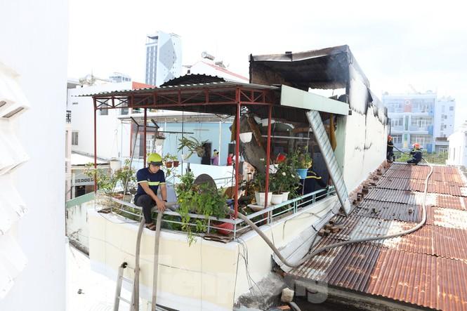 Cháy nghi ngút cạnh chợ Xóm Mới Nha Trang, hàng trăm tiểu thương hoảng loạn - ảnh 3