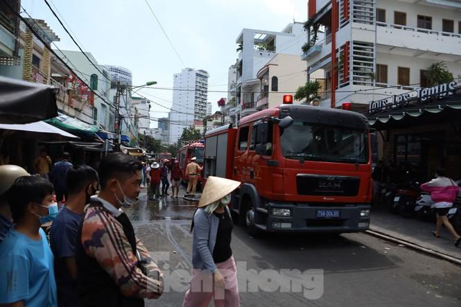Cháy nghi ngút cạnh chợ Xóm Mới Nha Trang, hàng trăm tiểu thương hoảng loạn - ảnh 4