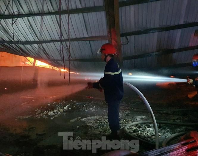 Công nhân bật khóc vì công ty gỗ rộng 5.000m2 bị lửa nhấn chìm - ảnh 3