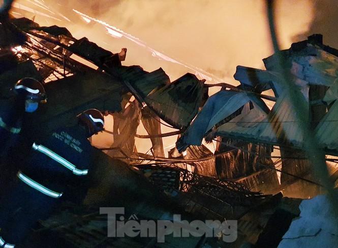 Công nhân bật khóc vì công ty gỗ rộng 5.000m2 bị lửa nhấn chìm - ảnh 2