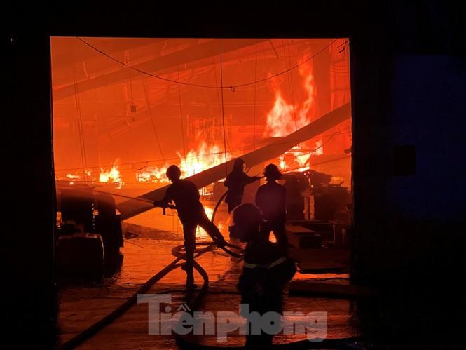 Công nhân bật khóc vì công ty gỗ rộng 5.000m2 bị lửa nhấn chìm - ảnh 1