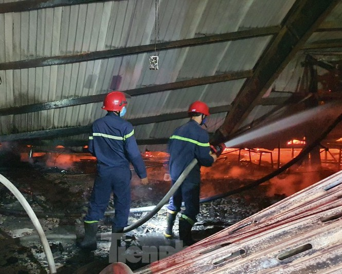 Công nhân bật khóc vì công ty gỗ rộng 5.000m2 bị lửa nhấn chìm - ảnh 5