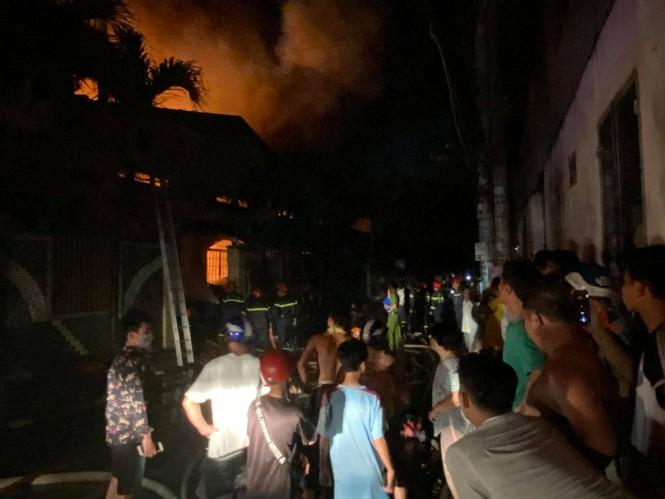TPHCM: Cháy nổ kinh hoàng tại kho chứa vải khiến cả khu dân cư phải sơ tán - ảnh 3