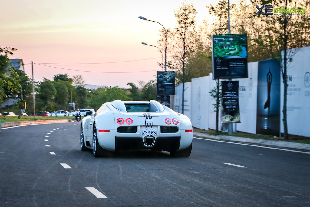 """Khám phá từng ngóc ngách """"ông hoàng tốc độ"""" Bugatti Veyron 16.4 độc nhất Việt Nam ảnh 28"""