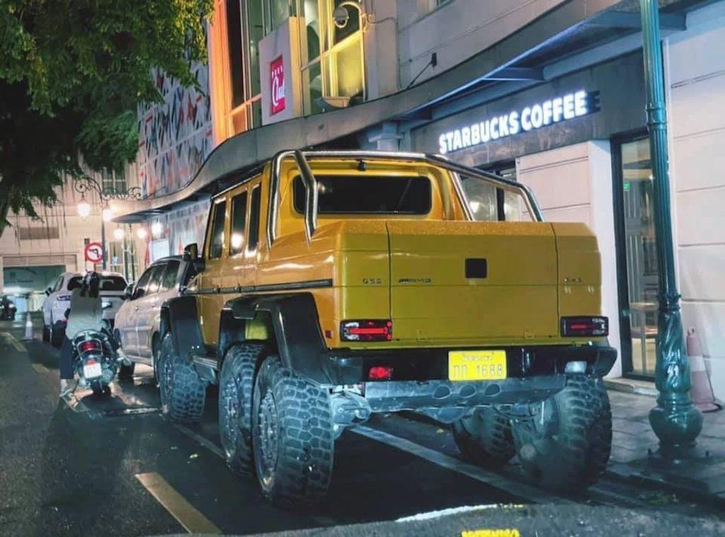 """Người dân Thủ đô ngỡ ngàng khi thấy """"quái vật 6 bánh"""" Mercedes G 63 AMG 6x6 dạo chơi trên phố ảnh 2"""