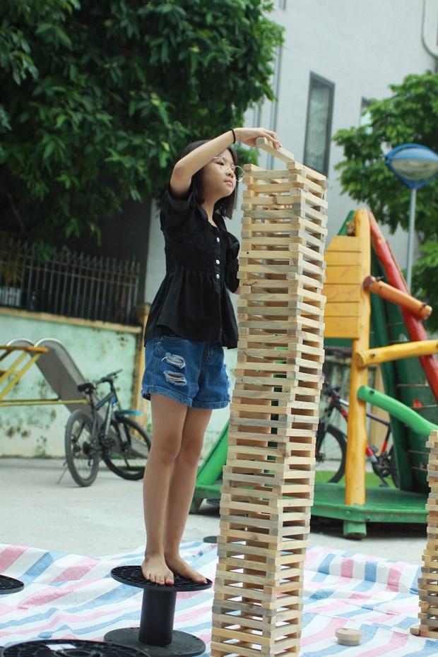 """""""Hô biến"""" sân chung cư thành khu vui chơi cho trẻ từ vật liệu tái chế - Ảnh 2."""