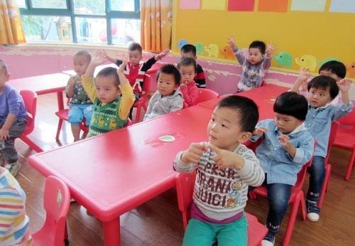 Giáo viên mầm non khuyến cáo: 3 kiểu quần áo mẹ đừng mặc cho bé khi đi học - Ảnh 3.