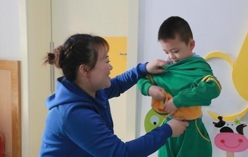 Giáo viên mầm non khuyến cáo: 3 kiểu quần áo mẹ đừng mặc cho bé khi đi học - Ảnh 2.