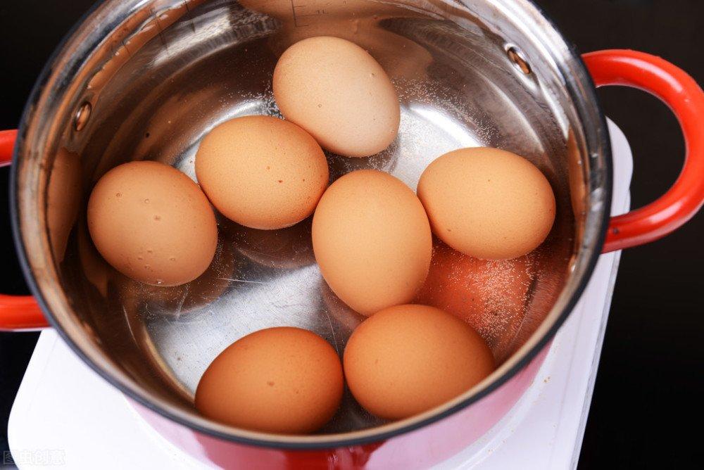 Chỉ một mẹo nhỏ trứng luộc sẽ cực dễ bong vỏ khi chạm vào - Ảnh 1.