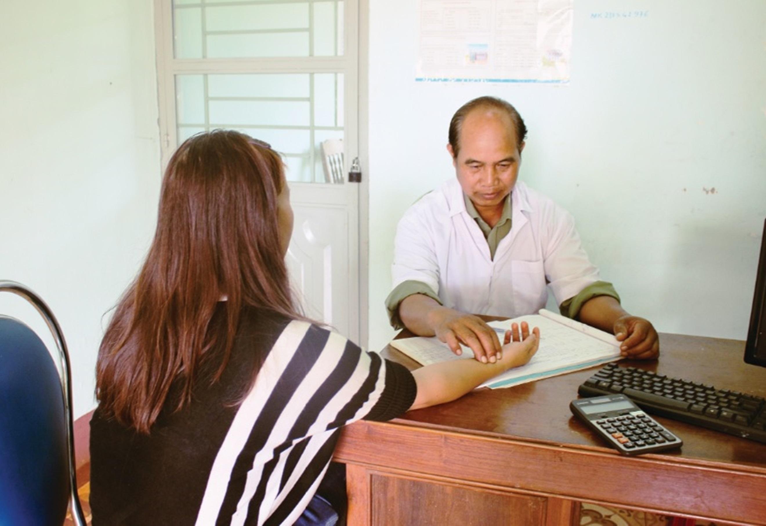 Bác sĩ Nay Blum khám bệnh cho người dân tại Trạm Y tế xã Glar