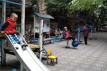 """""""Hô biến"""" sân chung cư thành khu vui chơi cho trẻ từ vật liệu tái chế"""