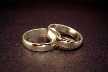 Lựa tới lựa lui một hồi, chồng tương lai chọn ngay cặp nhẫn cưới khiến tôi sốc
