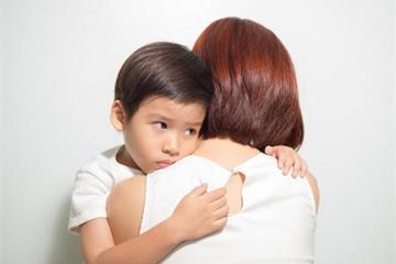 Bị mẹ đánh, con vẫn ngây thơ chìa tay ra đòi mẹ ôm