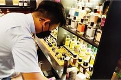Ngụy trang quán cà phê để bán nước hoa có dấu hiệu hàng nhái