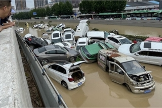 """Ô tô chất đống sau lũ lụt Trung Quốc liệu có bị """"tuồn"""" về Việt Nam?"""