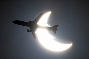 Khoảnh khắc máy bay 'xuyên qua' nhật thực hiếm gặp