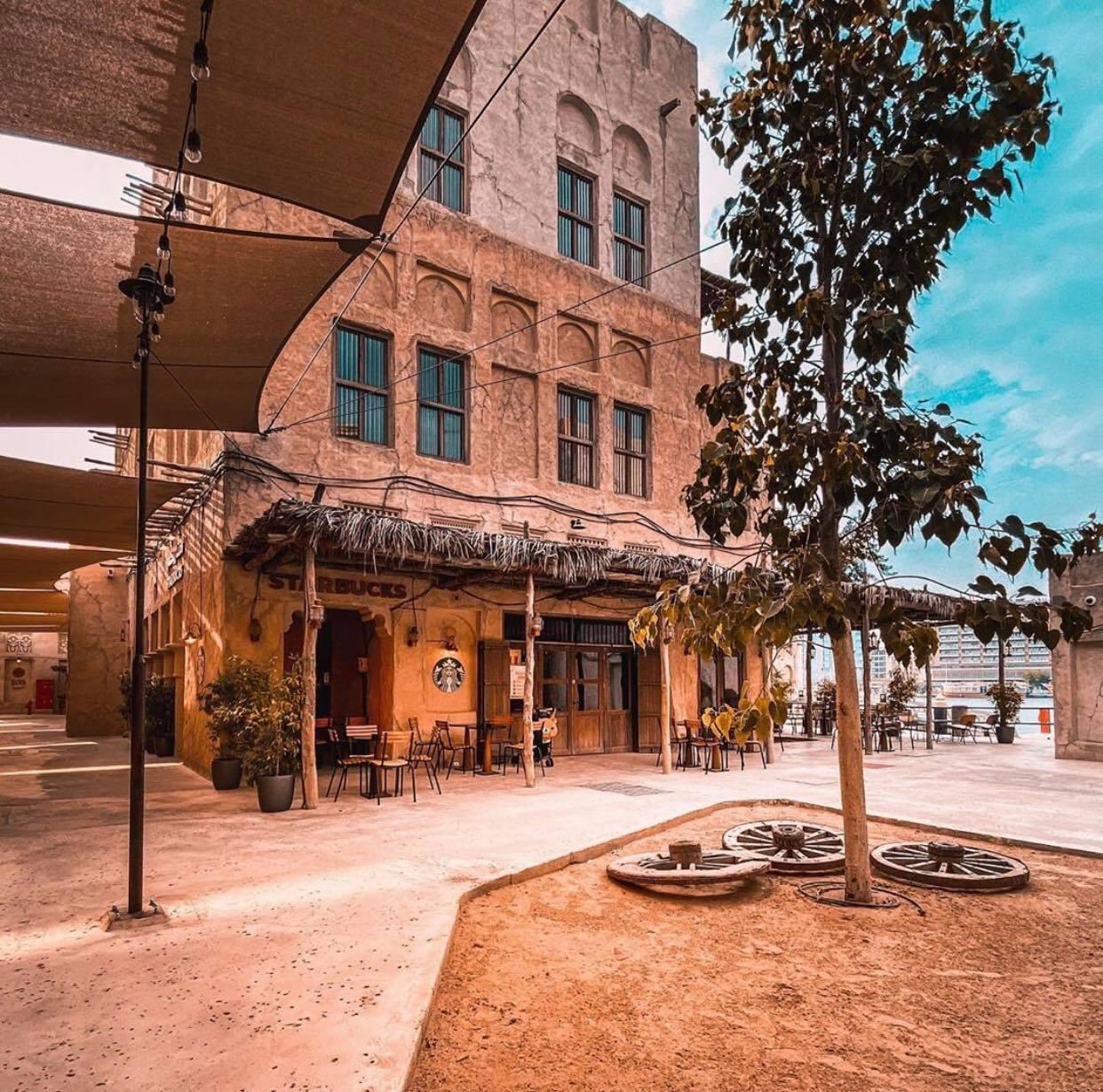 Cửa hàng Starbucks tại xứ siêu giàu gây bất ngờ với mái lá, tường nứt cũ kỹ như nhà đất Việt Nam - Ảnh 9.