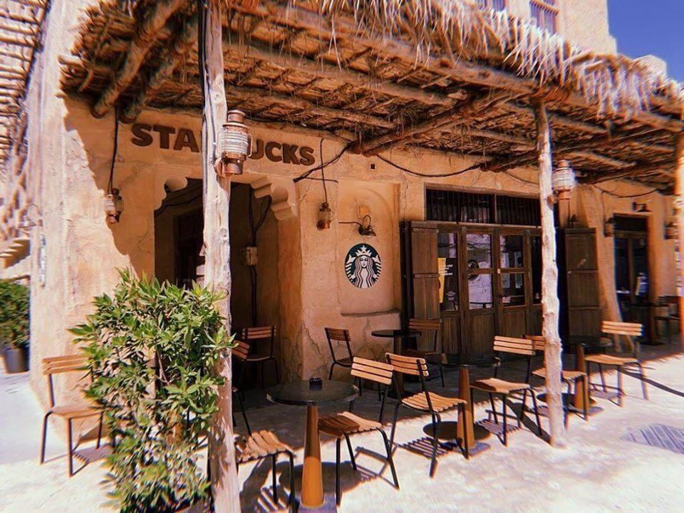 Cửa hàng Starbucks tại xứ siêu giàu gây bất ngờ với mái lá, tường nứt cũ kỹ như nhà đất Việt Nam - Ảnh 4.