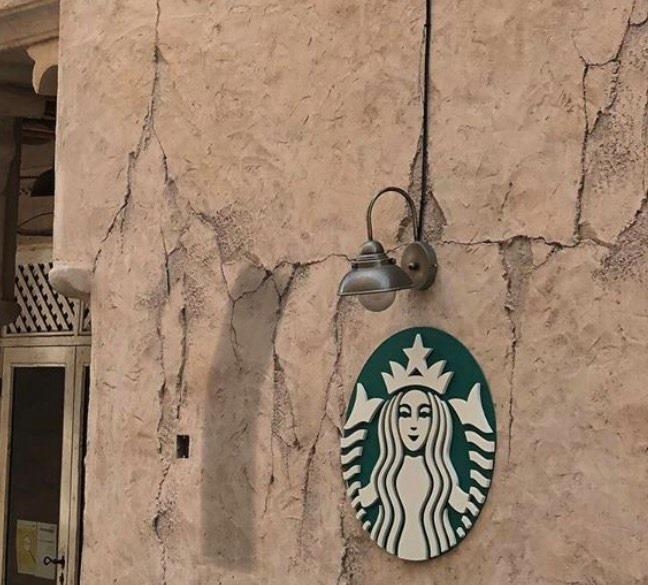 Cửa hàng Starbucks tại xứ siêu giàu gây bất ngờ với mái lá, tường nứt cũ kỹ như nhà đất Việt Nam - Ảnh 7.