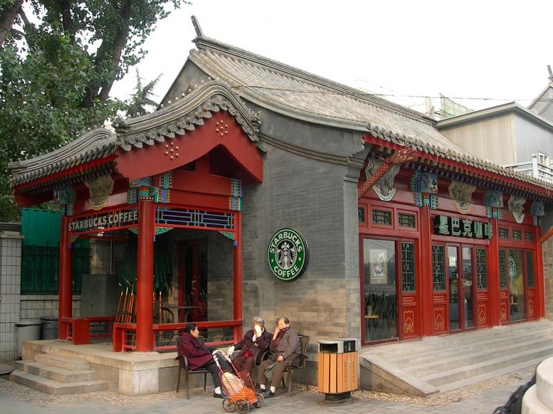 Cửa hàng Starbucks tại xứ siêu giàu gây bất ngờ với mái lá, tường nứt cũ kỹ như nhà đất Việt Nam - Ảnh 13.