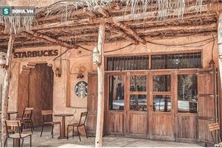 Cửa hàng Starbucks ở xứ siêu giàu với mái lá cũ kỹ, tường nâu vách nứt
