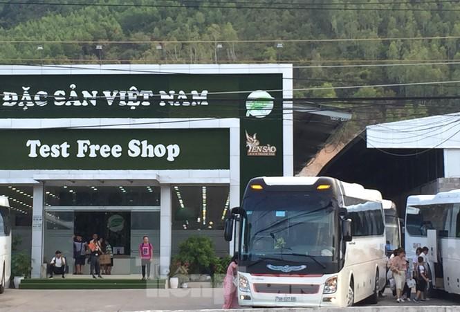 Cận cảnh chuỗi cửa hàng ở Nha Trang xây trái phép chuyên đón khách Trung Quốc - Ảnh 1.