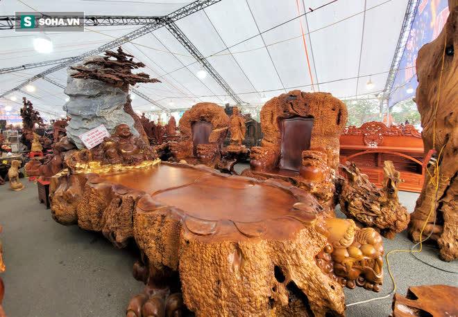 Ngắm bộ bàn ghế gỗ nu Cửu lân quần tụ nặng 4 tấn, dát vàng, giá 2,8 tỷ cho đại gia Việt - Ảnh 2.