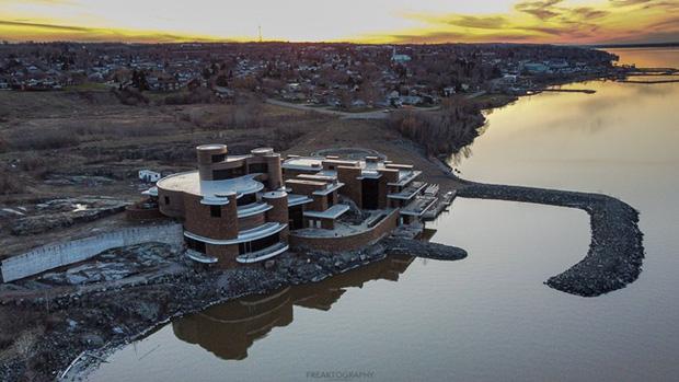 Đại gia gỗ vỡ nợ, biệt phủ siêu to khổng lồ đang xây dở bỏ hoang suốt 10 năm - Ảnh 1.