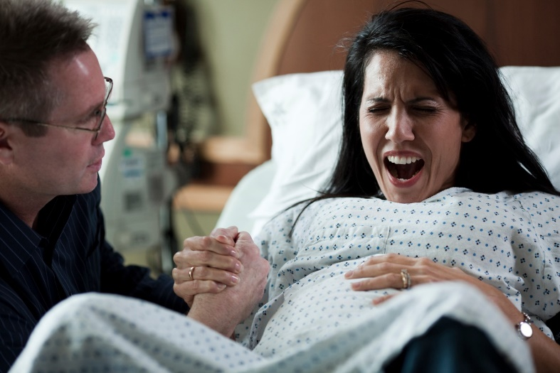 Đang chuyển dạ quằn quại, mẹ chồng lại lẻn vào phòng sinh làm 1 việc khiến con dâu tức ói máu - Ảnh 1.
